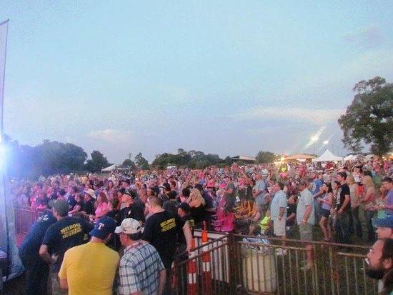 Nacogdoches, Teksas: Crowd Shot of the Backroads Concert