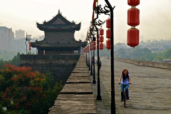 Xiangyang, Kina: My wife riding a bike on the wall of Xi'an