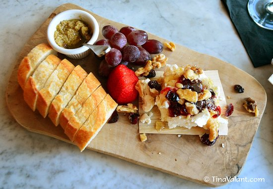 Lantana, Flórida: cheese board - goat cheese with cranberries and walnuts, side of tapenade