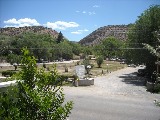 Chimayo, NM: Across the road to the Restaurant