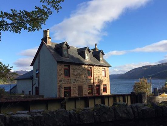 Stromeferry, UK: Large holiday house on the shores of Loch Carron with amazing views
