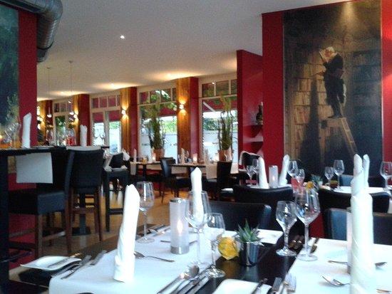 Neuss, Alemanha: Зал ресторана с репродукциями картин немецкого художника Шпитцвега