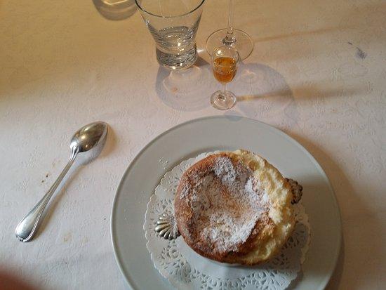 Auberge des Pins : Soufflé au grand marnier avec son petit verre de grand marnier à verser au centre du soufflé