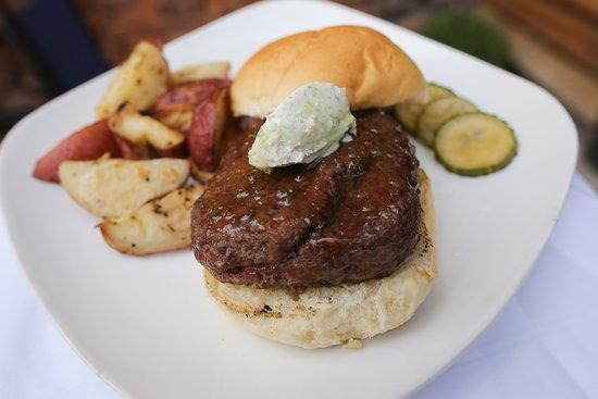 วาปาโคเนตา, โอไฮโอ: Bison burger topped with boursin cheese, sweet green chili jam and roasted redskin potatoes