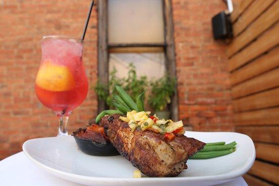 วาปาโคเนตา, โอไฮโอ: Coffee Rubbed Pork Chop with pineapple pico, sweet potato and green beans