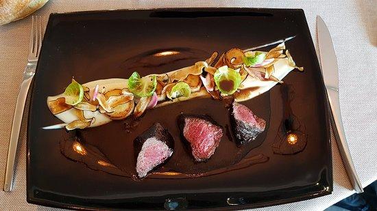 Saleilles, Francia: Pavé de biche, sauce grand veneur accompazgné de panais, de topinambour, feuilles de choux de Br