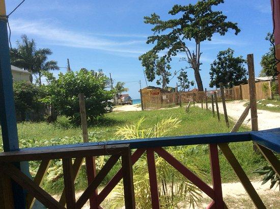 Juicy's Restaurant: Vue de ma table vous n avez qu à marcher 30 seconde de la plage et vous êtes arriver