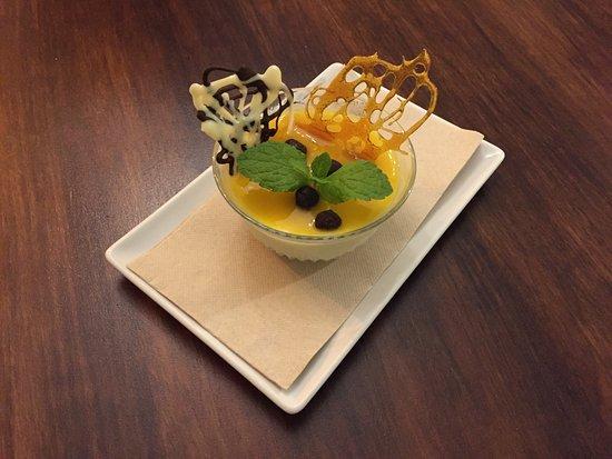 Ayamonte, สเปน: mousse de chocolate blanco con mango