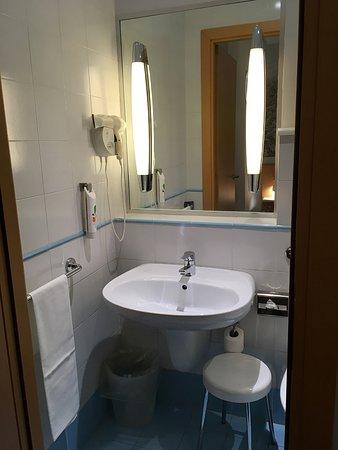 La salle de bain un peu ancienne mais popre - Bild von ibis ...