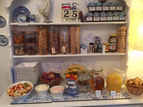 Cairndow, UK: Cold (cereal etc) breakfast area