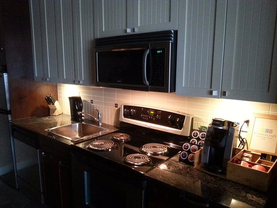 Summerland, Canadá: Full kitchen, Keurig with coffee pods, selection of teas, fridge and dishwasher.