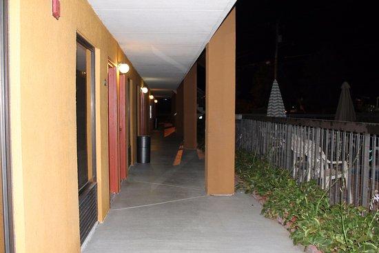 Quality Inn Statesville: Outdoor corridors