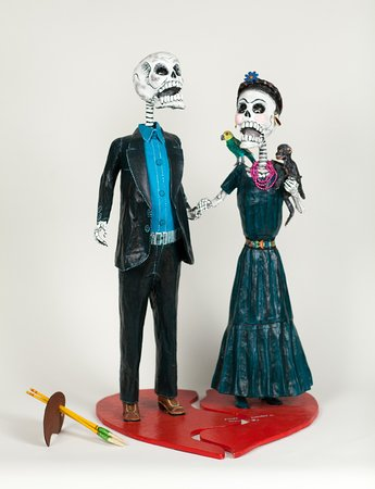 Winston Salem, Северная Каролина: These figures of Diego Rivera and Frida Kahlo are included in the Day of the Dead exhibit.