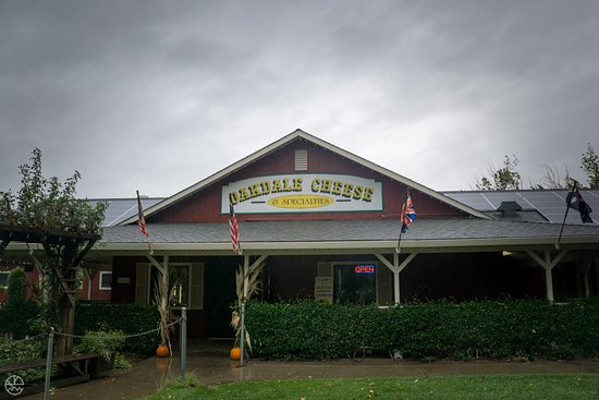 Oakdale, Californien: Front of the building with picnic areas