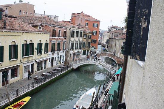 Hotel Locanda Salieri: vue de la chambre sur le canal