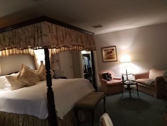 Washington, CT: Large room and bathroom! Very comphy bed
