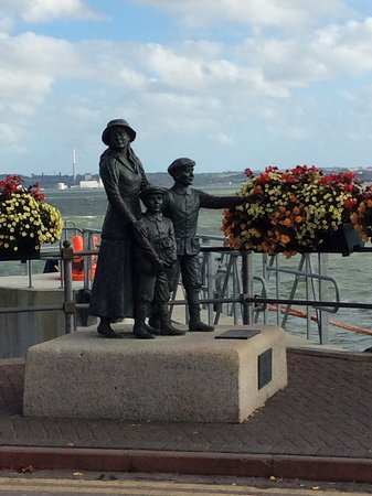 Cobh, Irlanda: Queensland departure area. Older sister with two brothers about to board Titanic for America