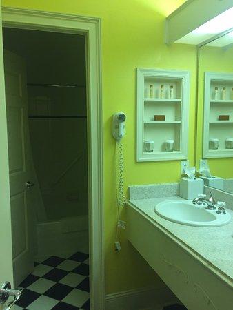 Daniels, Virginia Occidental: Bathroom view...very bright! LOL