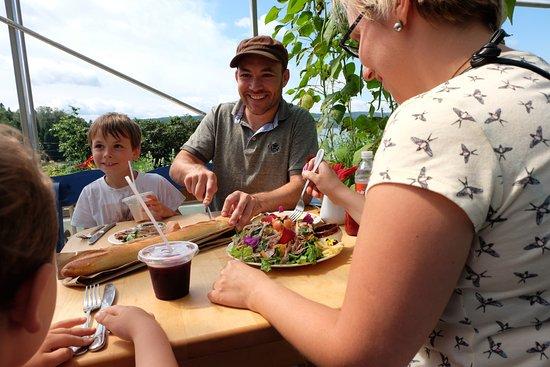 Saint-Fulgence, Canada: Un bon repas en famille! Ensuite, on se balade sur la ferme...