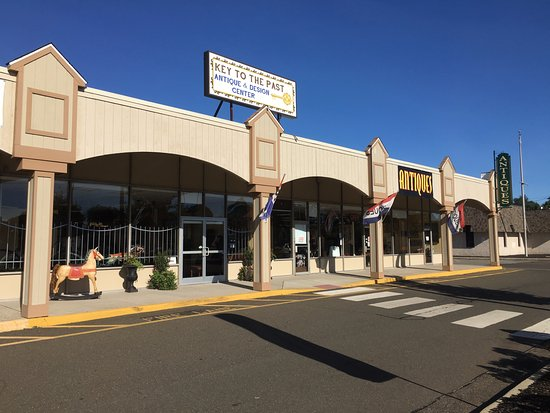 East Haven, CT: Front Entrance view of Key to The Past. It is 8,000 SQ FT filled with quality antiques and desig