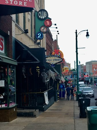 Beale Street: Beale St during the day.