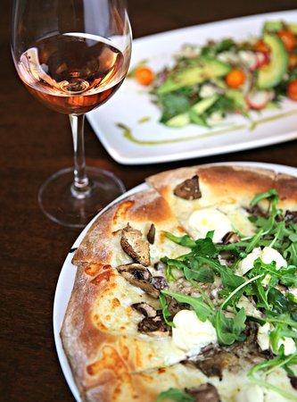 Los Olivos, Kaliforniya: Alba Pizza with a local Rose