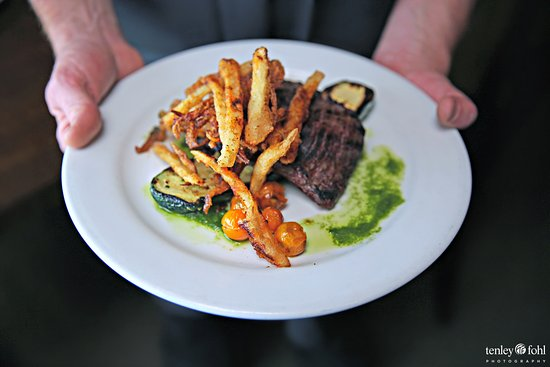 Los Olivos, Californien: Skirt steak with Cafe Farm Zucchini and tomatoes.
