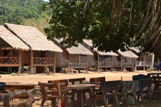 Kep, Cambodge : Vue des bungalows et des tables des restaurateurs