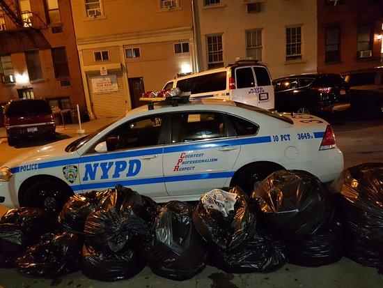 Chelsea International Hostel: Feeling safe right opp NYPD 10TH precinct