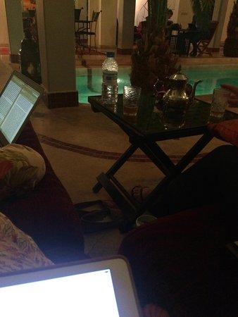 Riad Fabiola: Zona de relax en la piscina