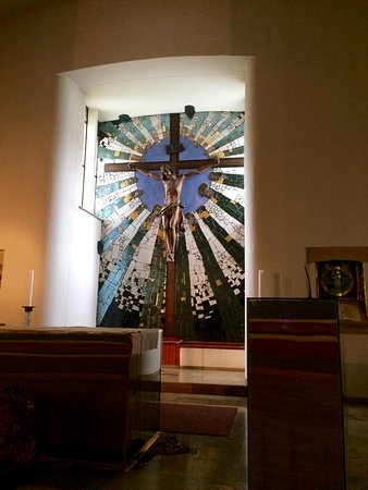 Hundertwasserkirche: the altar