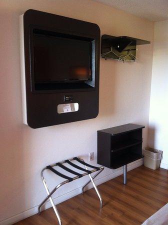 Berea, KY: TV w/ remote control
