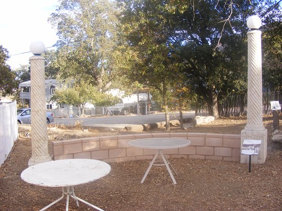 Frazier Park, Californien: Old lampstands from a once fancy nearby hotel, The Lebec - open from 1921 - 1971.