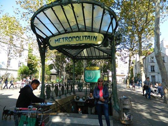Artística entrada Art nouveau de la estación Abbesses - Picture of ...