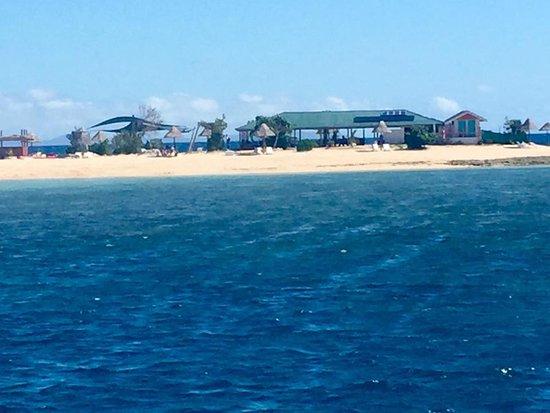 Денарау-Айлэнд, Фиджи: A small island, lovely for a day trip, very nice clean (basic) facilities, good shade for lunch