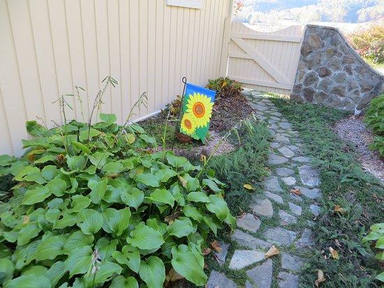 Abingdon, فيرجينيا: Curving path in the herb garden