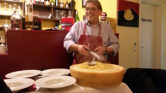 Kurten, Alemania: Bigoli mantegati al parmigiano e Tartufo di Norcia.