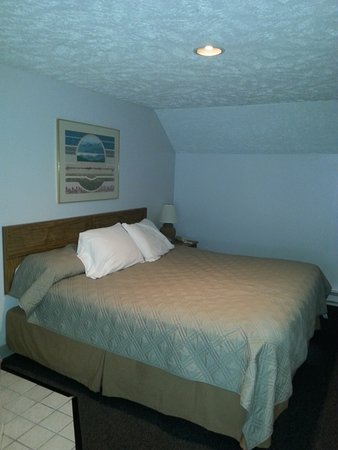 Traverse Bay Inn: king bed