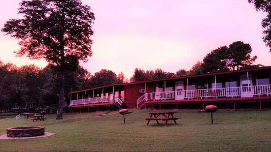 Blue Eye, MO: Lakeside cabins, fire pits, picnic grounds on lake