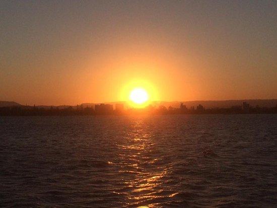 Main Beach, Australia: Sunset on the Broadwater