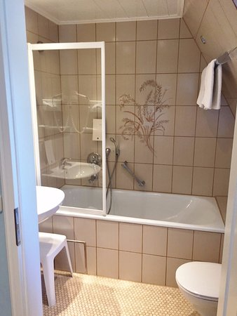 Clean bathroom bild von hotel reichsk chenmeister for 9 bathroom cleaning problems solved