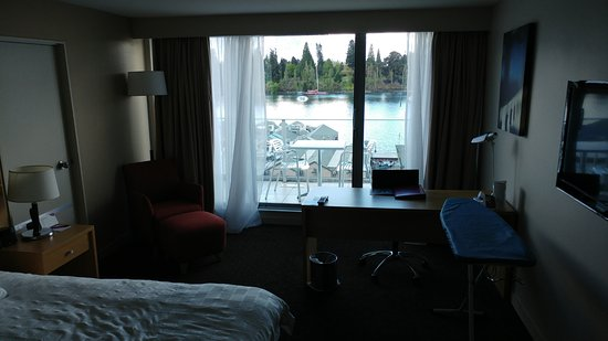 Crowne Plaza Queenstown: Standard hotel room with a view