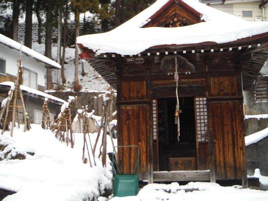 Нодзаваонсен-мура, Япония: Petit temple au coin d'une rue...