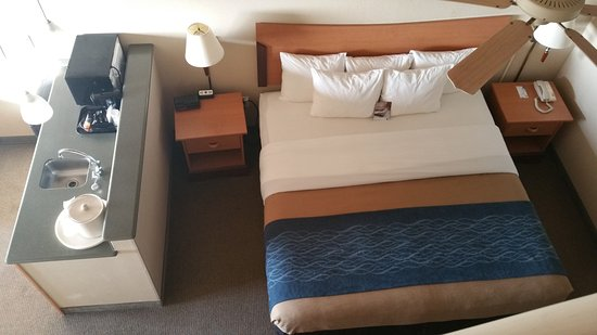 Comfort Inn and Suites: bed area