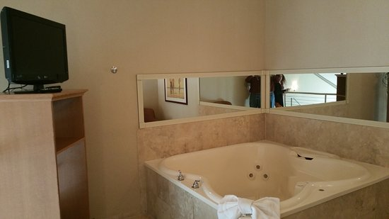 Comfort Inn and Suites: upstairs jacuzzi tub
