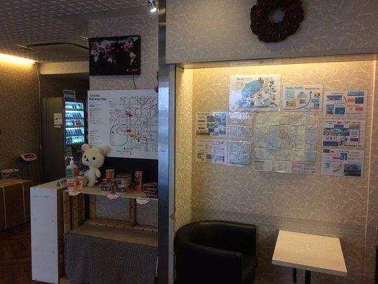 Business Hotel Mikado: フロントの向かい側