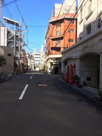 Business Hotel Mikado: ホテル前の道路の様子ー朝
