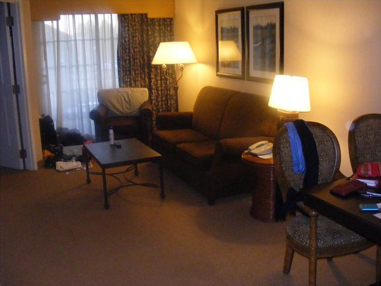 La Quinta, CA: Standard troom with wet bar, large bathroom, separate bedroom and 2 TV's.