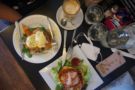 Joondalup, Australien: Eggs Benedict and Maple Bacon Corn Fritters