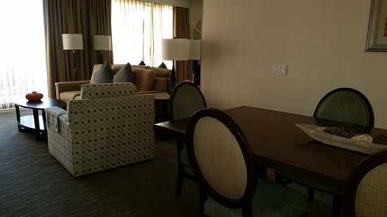 Grand Pacific Palisades Resort and Hotel: Dining table toward living room and balcony